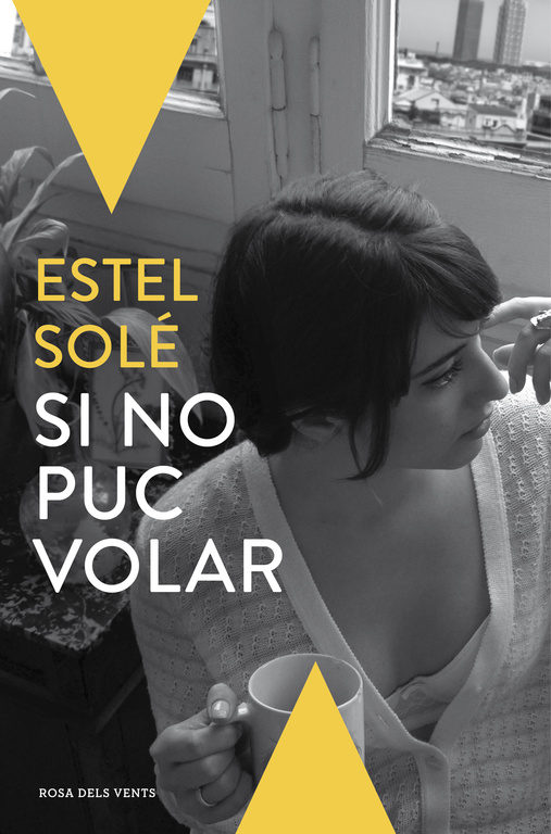 """La novel·la """"Si no puc volar"""" d'Estel Solé, és la primera novel·la de l'autora. ESTEL SOLÉ CASADELLÀ(Molins de Rei, 1987) dramaturga, actriu, poeta i productora. &#8220..."""
